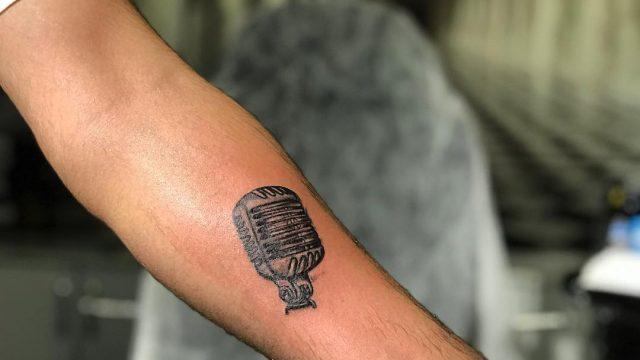 mikrofon dövmesi