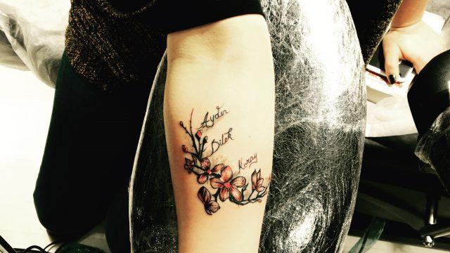 çiçek yazı dövmesi