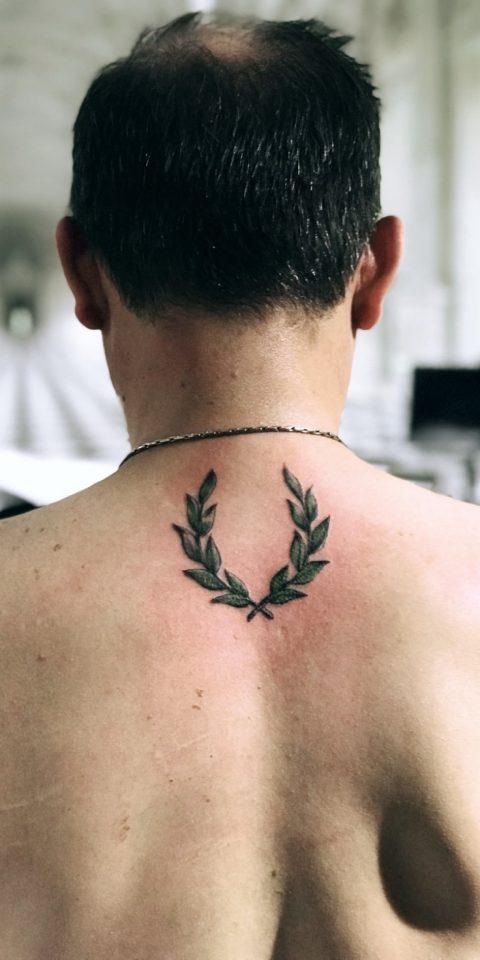 defne yaprağı dövmesi
