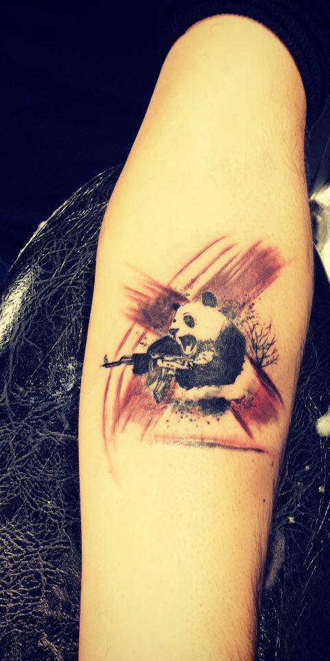 silahlı panda dövmesi