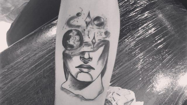 gezegen ve kadın dövmesi